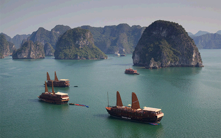 boot_on_halong_bay